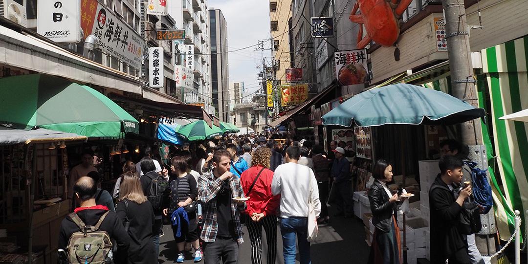 築地移転後も楽しめる!「場外市場」食べ歩きグルメ