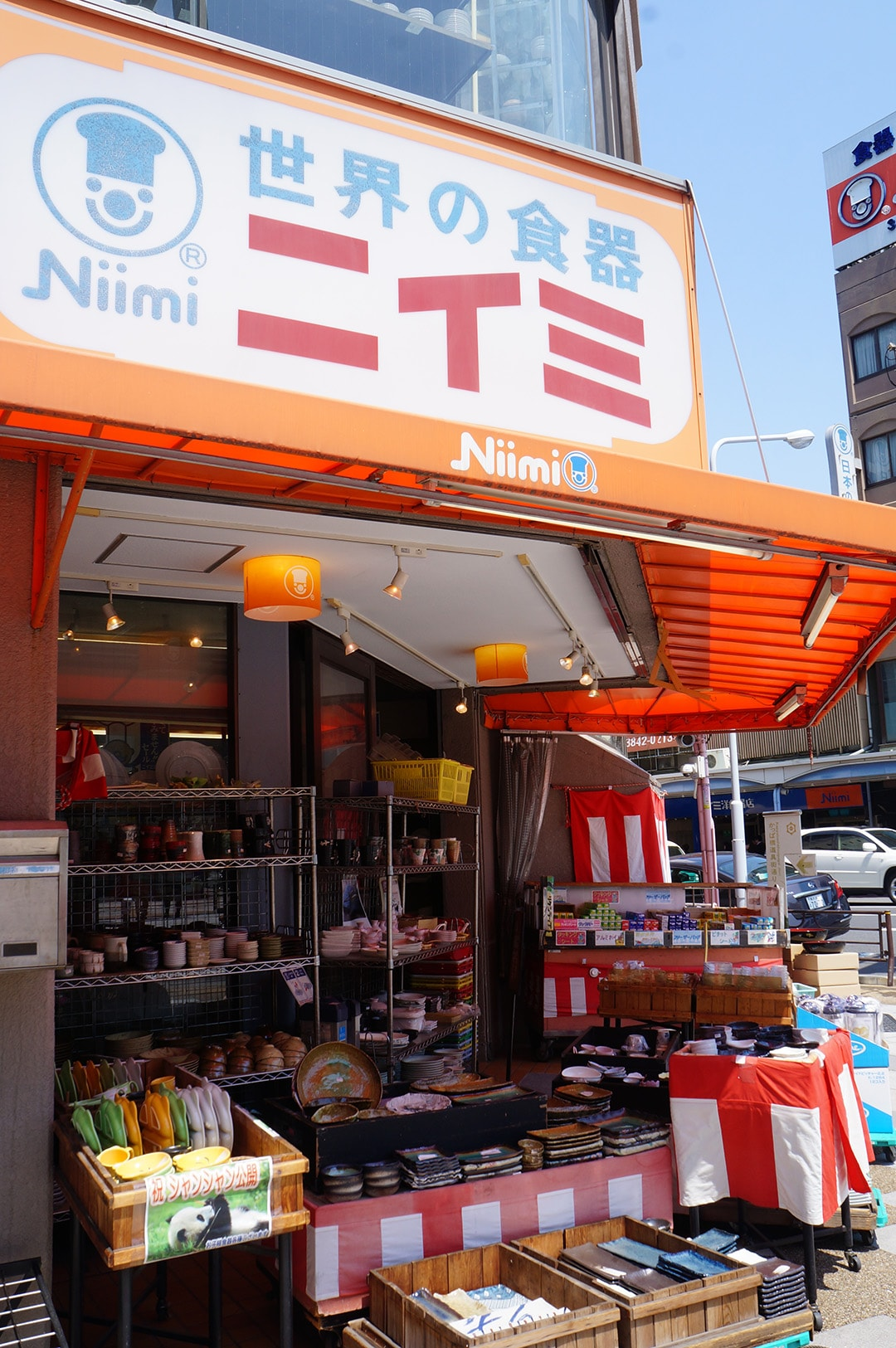 お店の看板・巨大コック像が商店街のシンボルに! ニイミ洋食器店