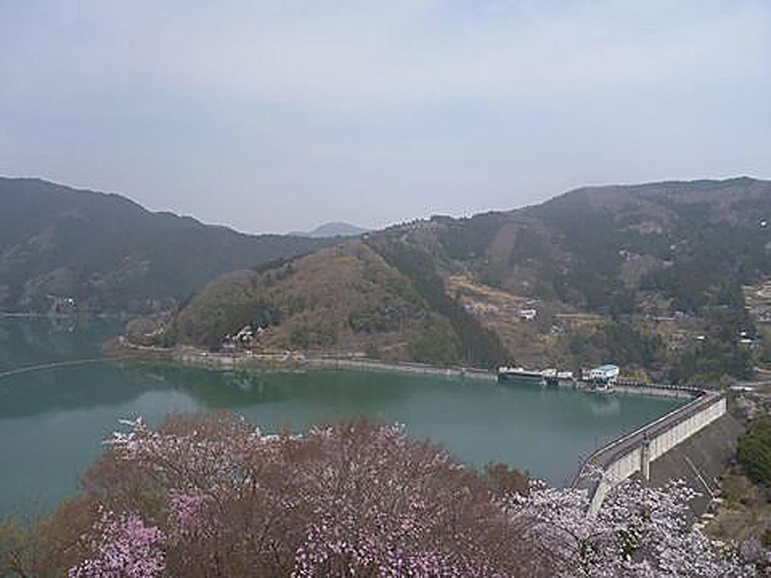 直角に曲がったダム?その堤頂長は日本一、特撮ヒーローの聖地でもある下久保ダム。
