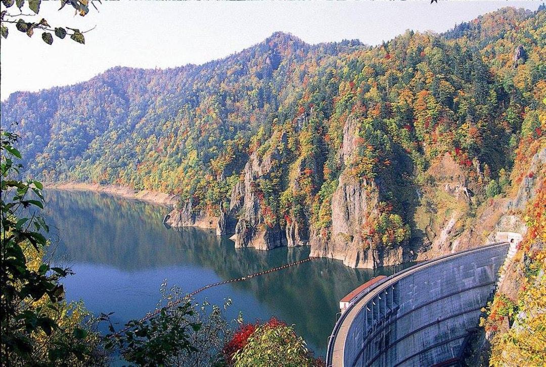 일본 굴지의 아름다운 단풍을 만끽할 수 있는 호헤이쿄 댐 정기적으로 펼쳐지는 관광 방류가 매력입니다.