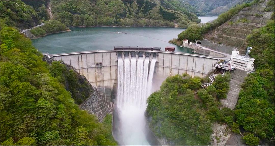 한번은 체험하고 싶은 댐 투어, 도쿄에서의 액세스도 양호! 높이로는 일본 No.4의 아름다운 아치를 자랑하는 가와지 댐.