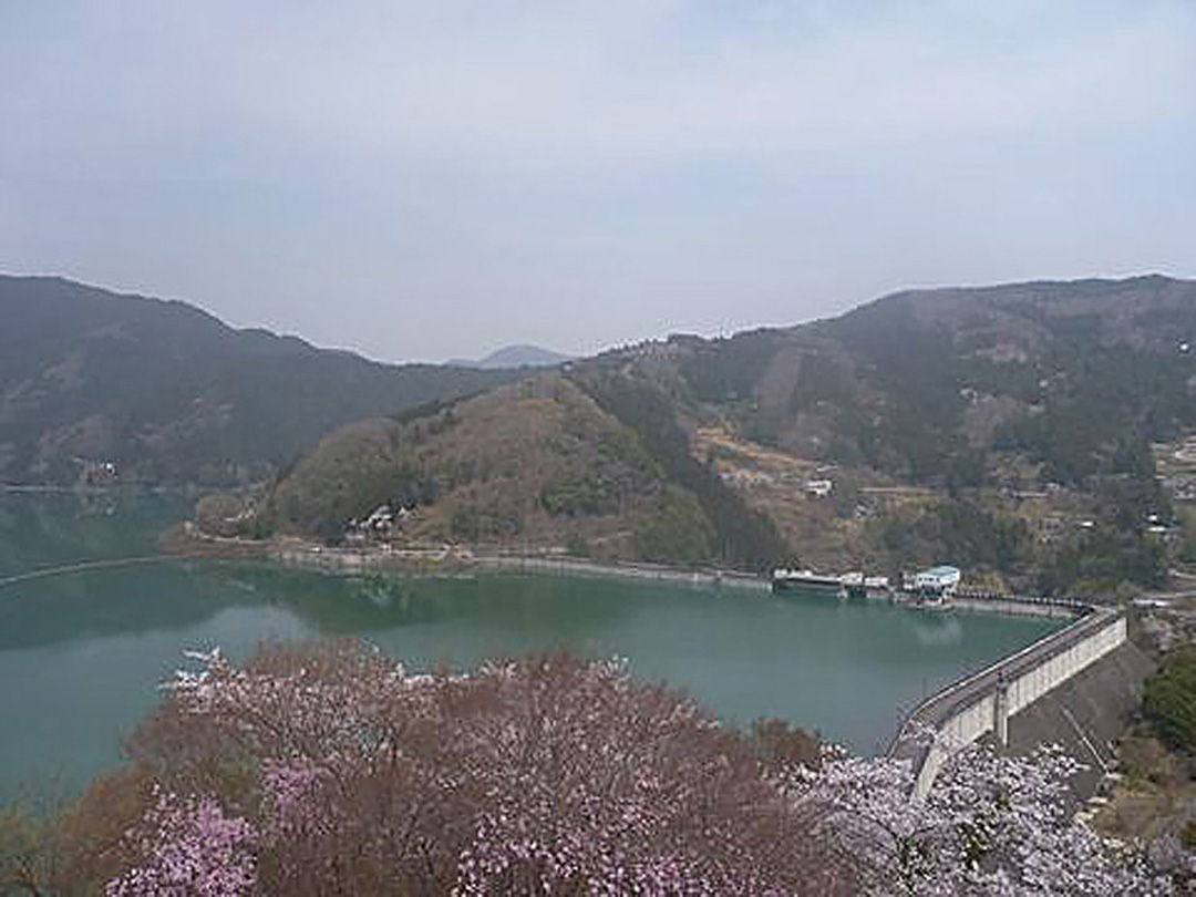 직각으로 구부러진 댐? 그 제방 정상의 길이는 일본에서 제일, 특수 촬영 히어로의 성지이기도 한 시모쿠보 댐.