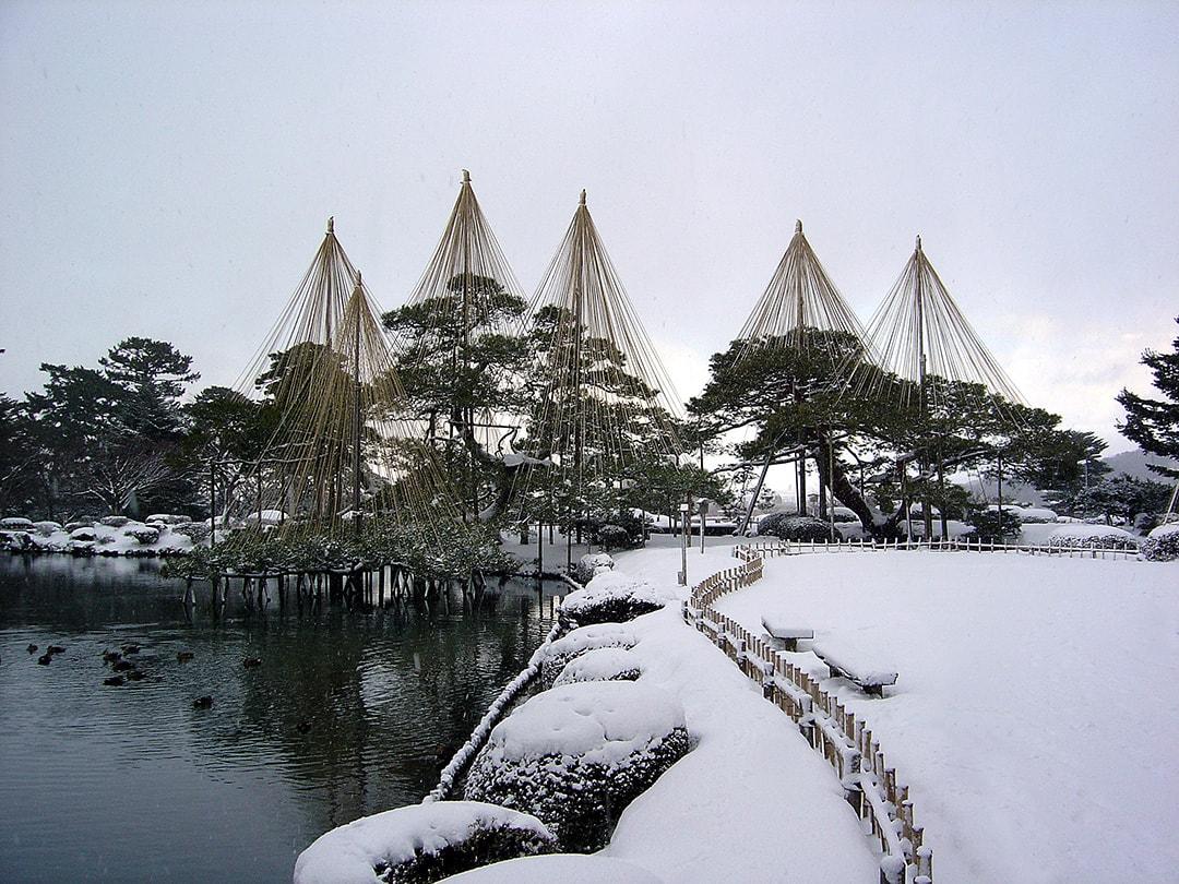 霞ヶ池と石燈籠、紅葉の趣深い風景が楽しめる 兼六園(石川)