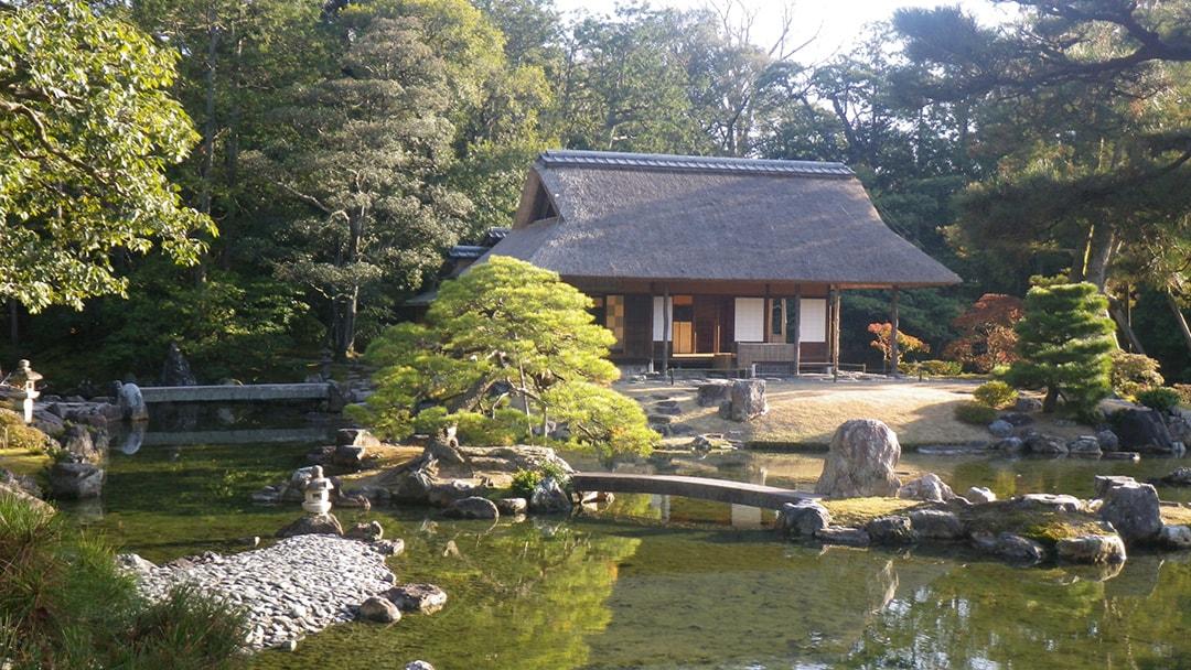 園内を廻りながら、宮廷の雅な文化に触れられる桂離宮の庭園(京都)