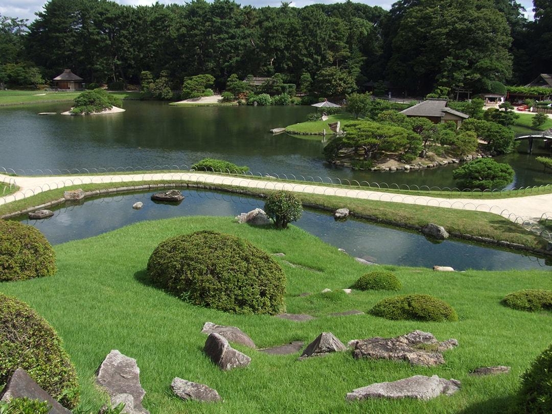 松林と曲水、能舞台など見どころ満載、岡山後楽園