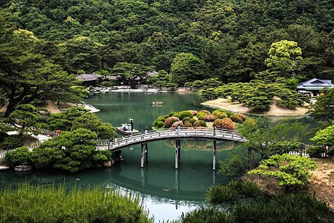 丹念に剪定された松と和船の周遊で、大名文化に浸れる栗林公園(香川)