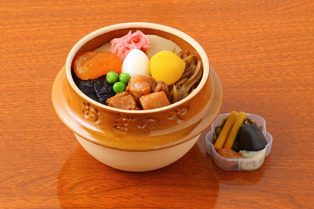 """Toge No Kamameshi"" Characterized by Earthenware Pot which Can be Used for Cooking Rice"