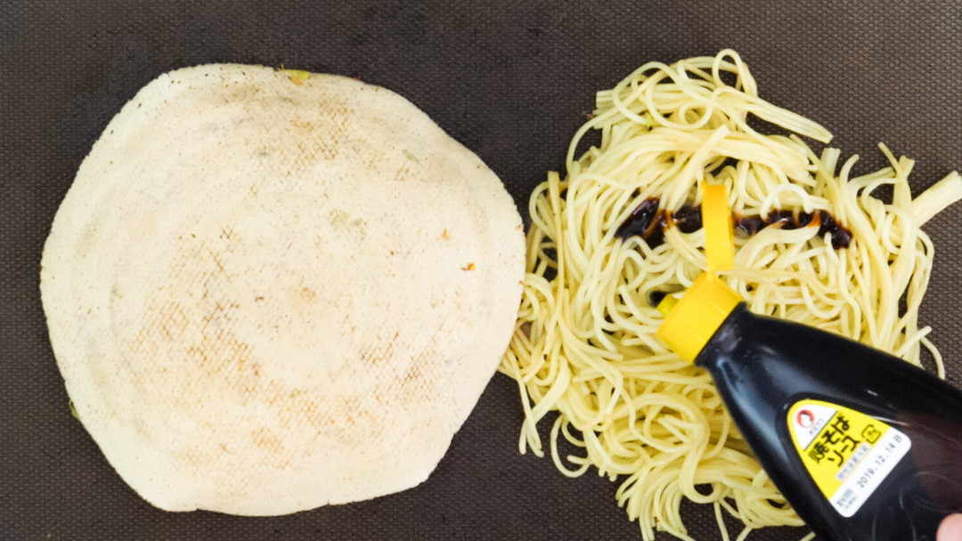 ④麺を炒めます