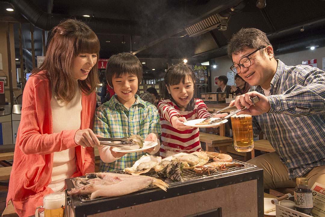 "Grill the fresh seafood from the market on charcoal fire at ""Shichirin-mura"""