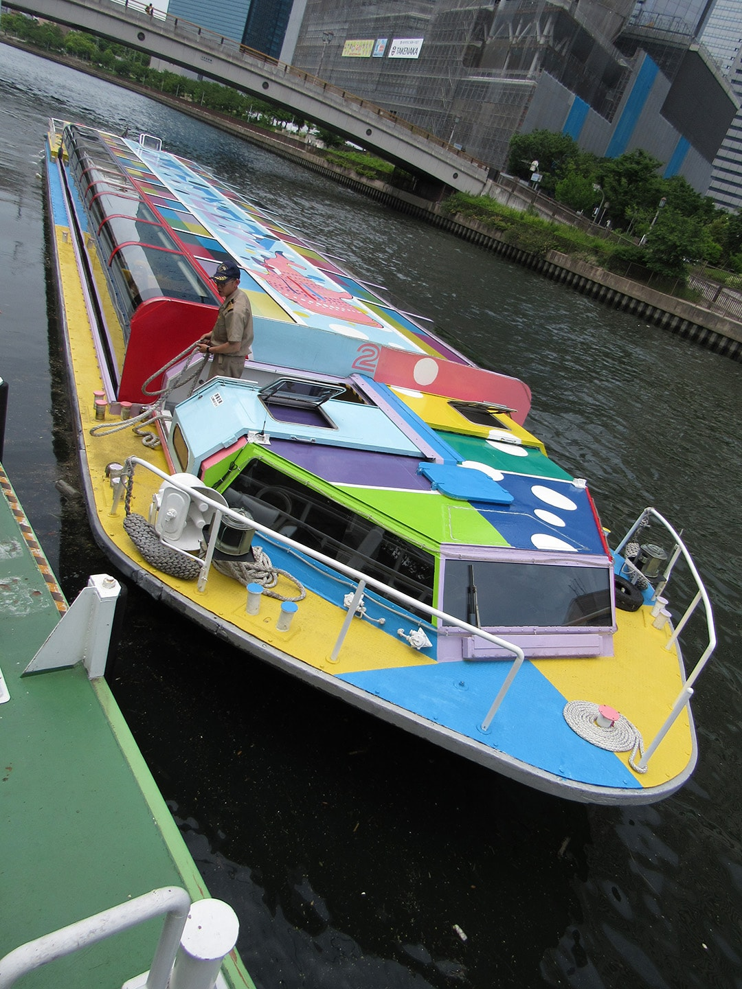 Sightseeing boat with pop art is in operation!