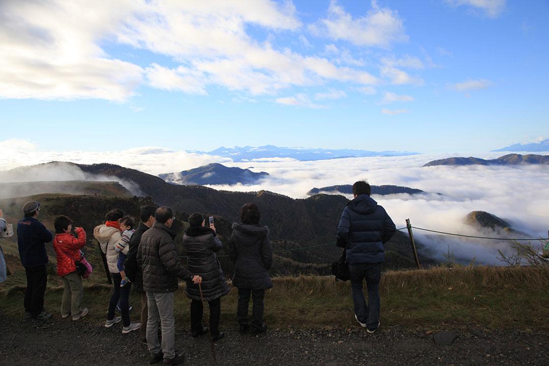 浮現在雲海之中的神聖阿爾卑斯山脈美麗得令人窒息