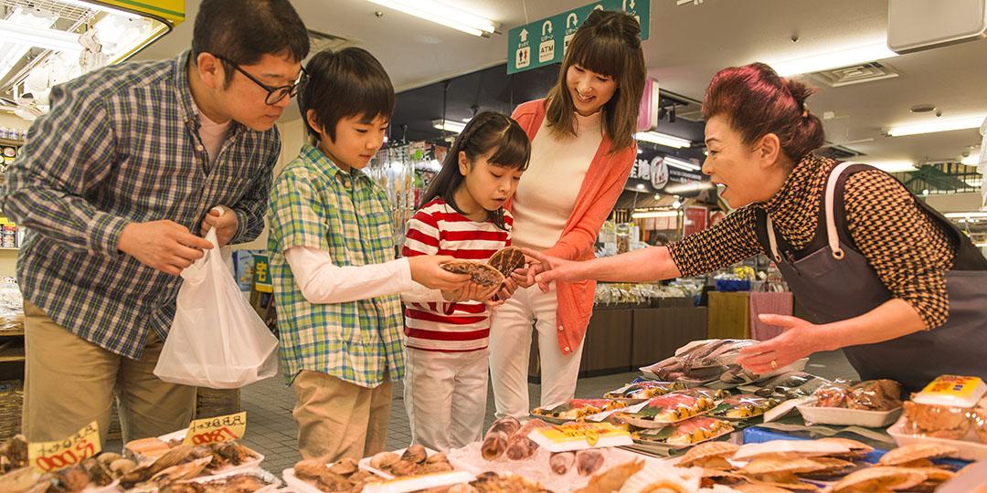 """在八户的巨大市场""""八食中心""""炭烤新鲜的鱼贝"""