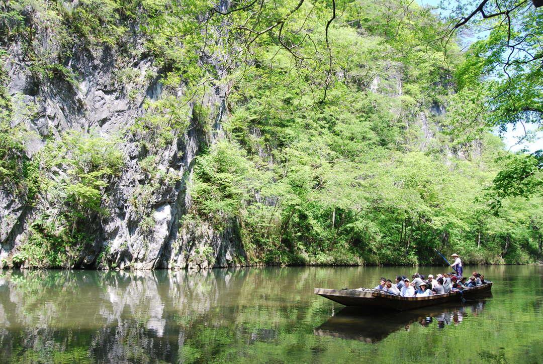 於如山水畫的絕景中搭舟遊玩的「猊鼻溪」