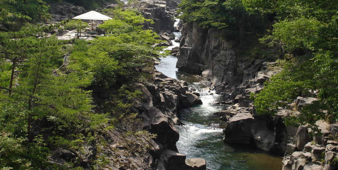 如畫般的溪谷之美展開在眼前:一關的兩大溪谷「嚴美溪」「猊鼻溪」