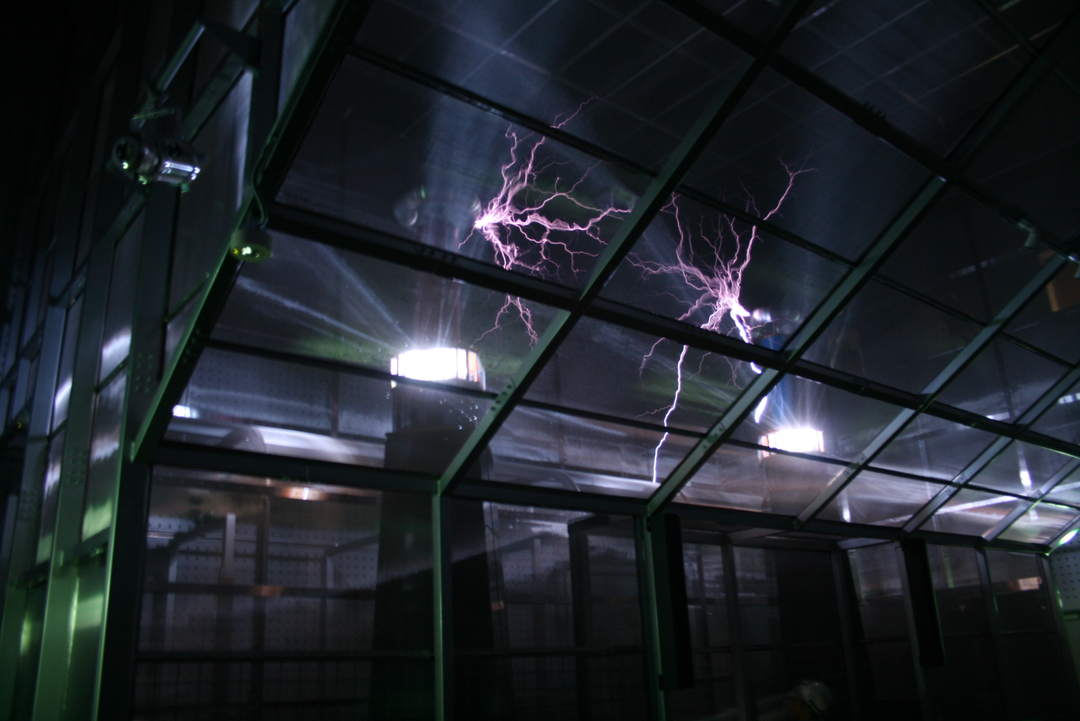 In [Electric Discharge Lab] you will be surprised at electric sparks and roaring sound.
