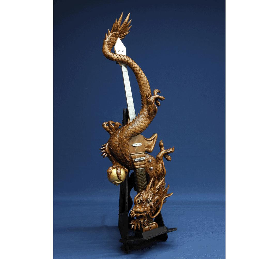 龍が絡むアートフルな木彫りギター「龍剣」