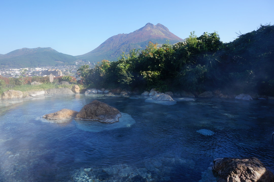 Open-air hot spring overlooking Mt. Yufu covered in autumn leaves [Yama-no-hotel Musouen]