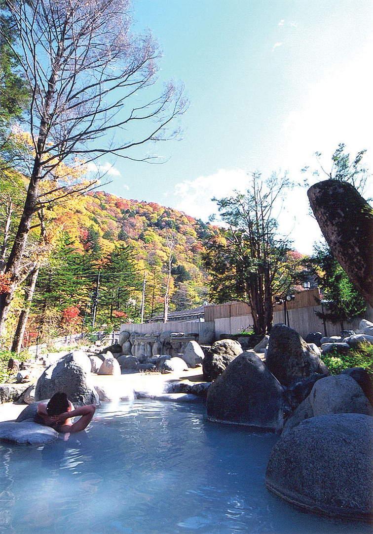 북 알프스의 붉게 물든 대자연에 둘러싸여 있는【히다다카야마(飛騨高山) 온천 히라유노 모리】