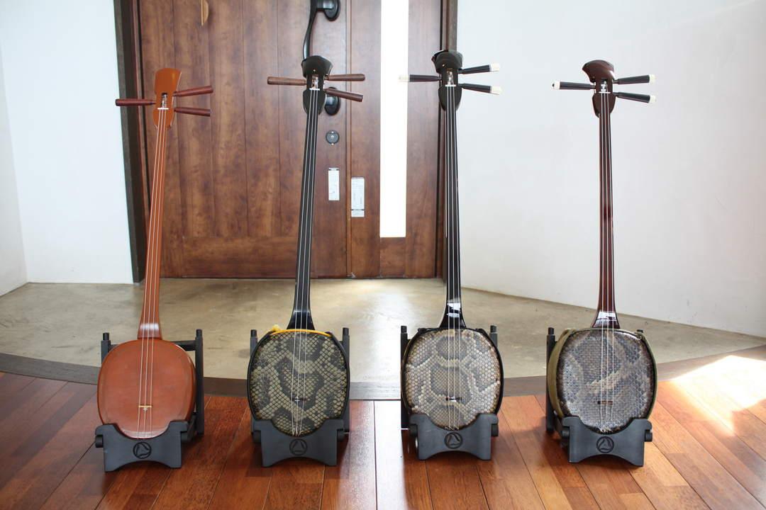 三线这种乐器相比于三味线更加小巧,演奏方法也更容易理解。