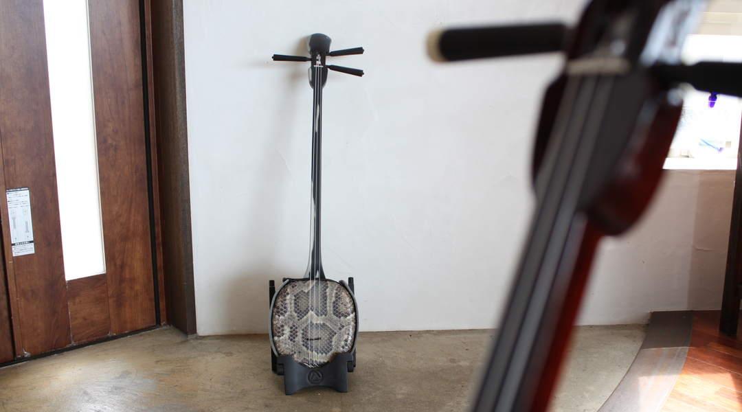 【三線】沖縄の伝統弦楽器を、歴30年のギター弾きが初めて触ってみたら…。