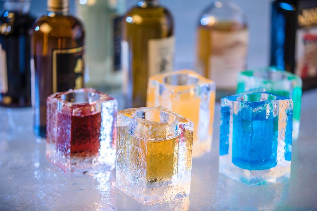 【氷のBar】アイスグラスで色鮮やかなカクテルが楽しめる