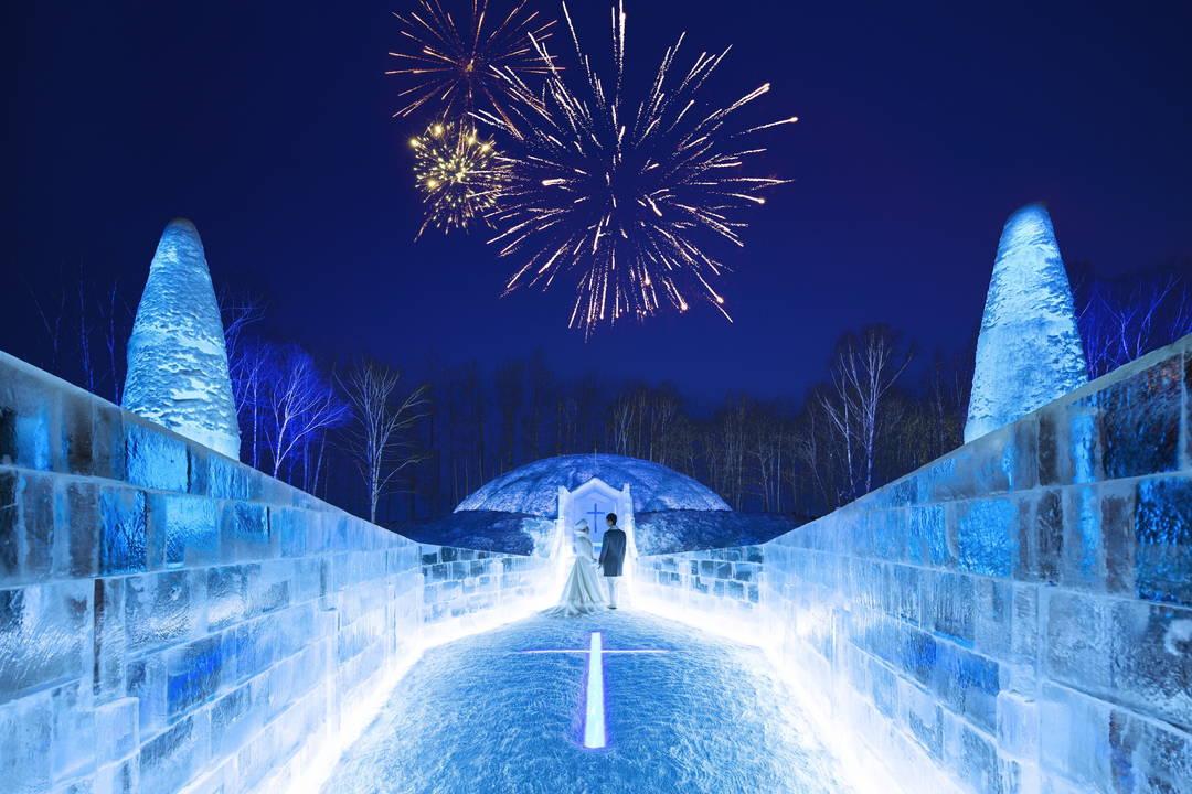 一枚の氷柱から削り出した幻想的な【氷の教会】実際に結婚式を挙げることも可能