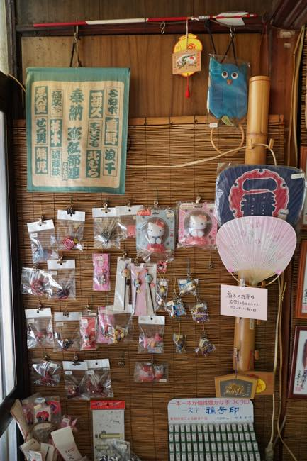 The Kanda native owner of the shop with unique career is appealing to you? How about getting one Japanese traditional souvenir?