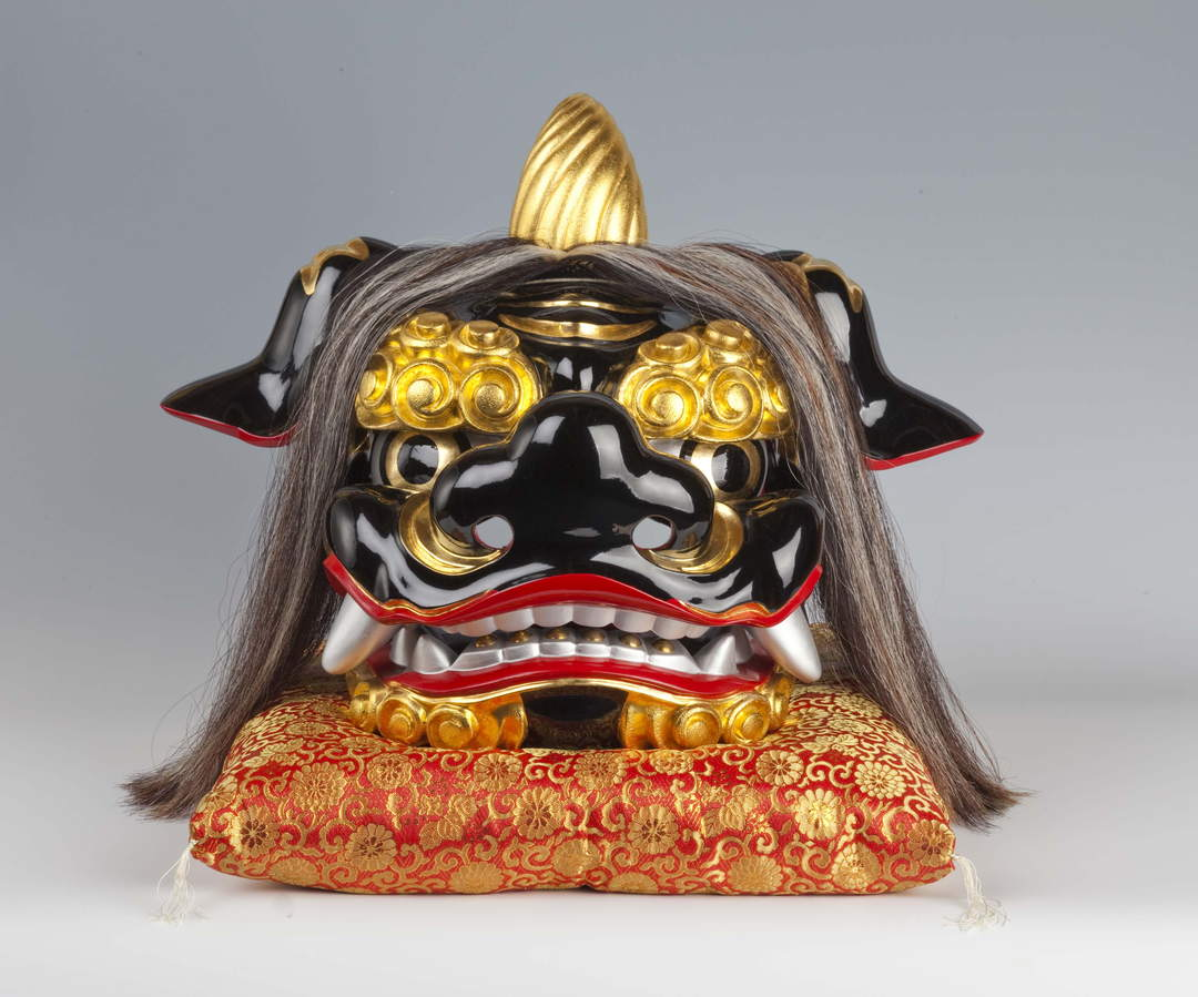 """Lion head"" in which traditional techniques of lacquer and wood carving collaborate"
