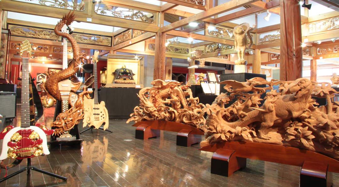 細緻而富有力量的井波雕刻木雕作品