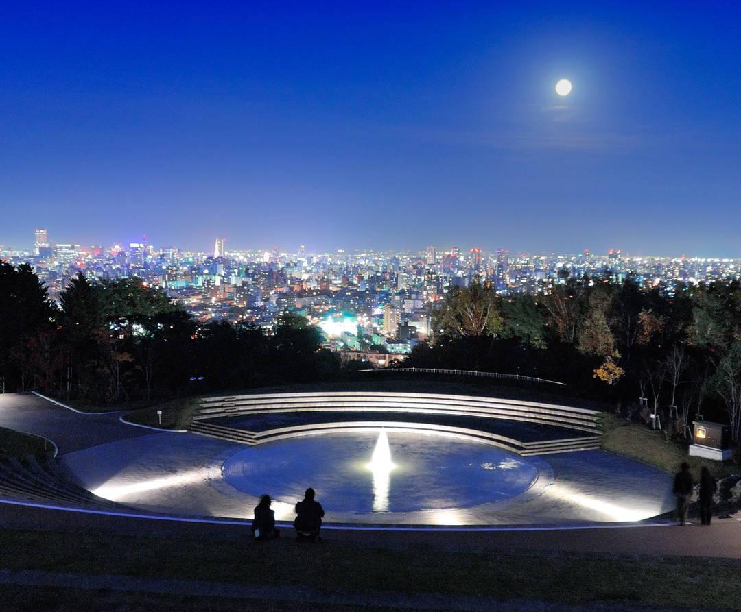 スポット③:ライトアップされた噴水越しに眺める夜景 【旭山記念公園】