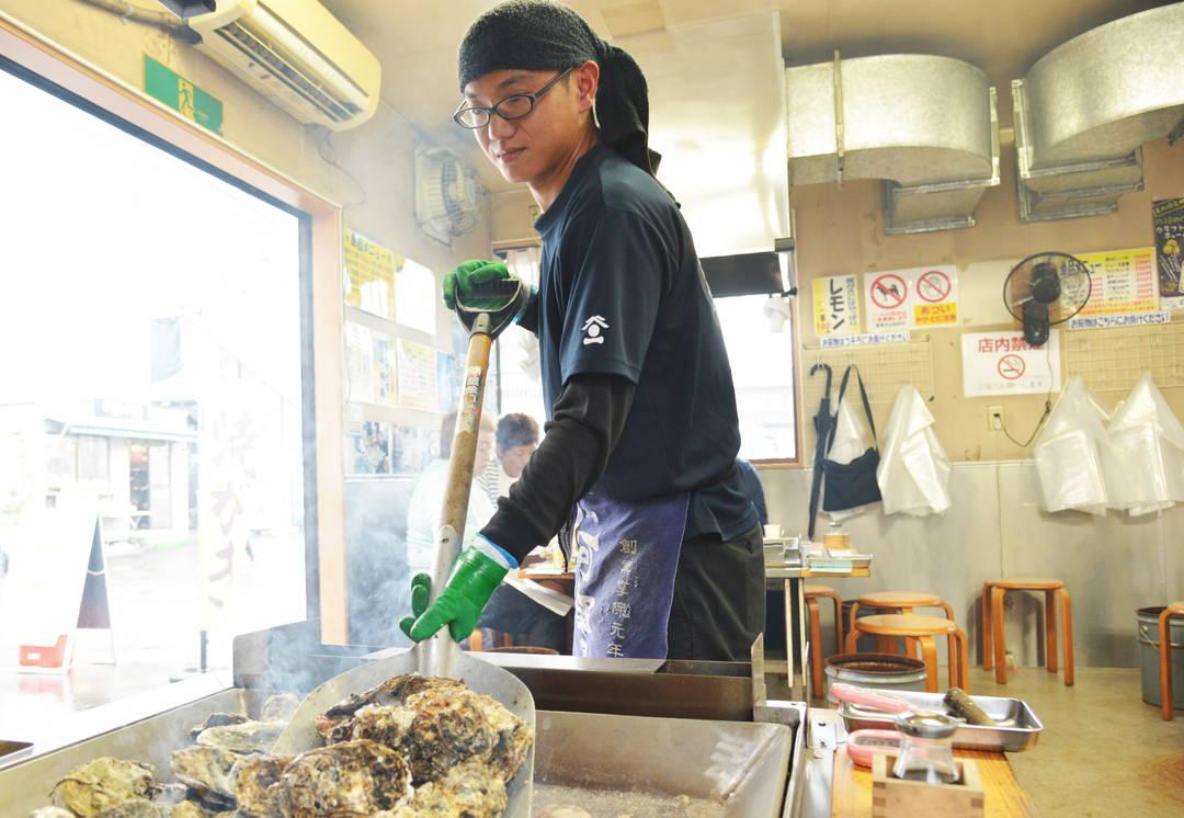 鉄板で蒸したかきを食べ放題で豪快に楽しむ