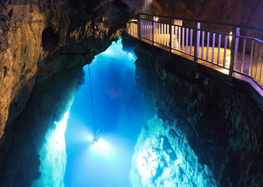 世界有数の透明度を誇る、青色の地底湖