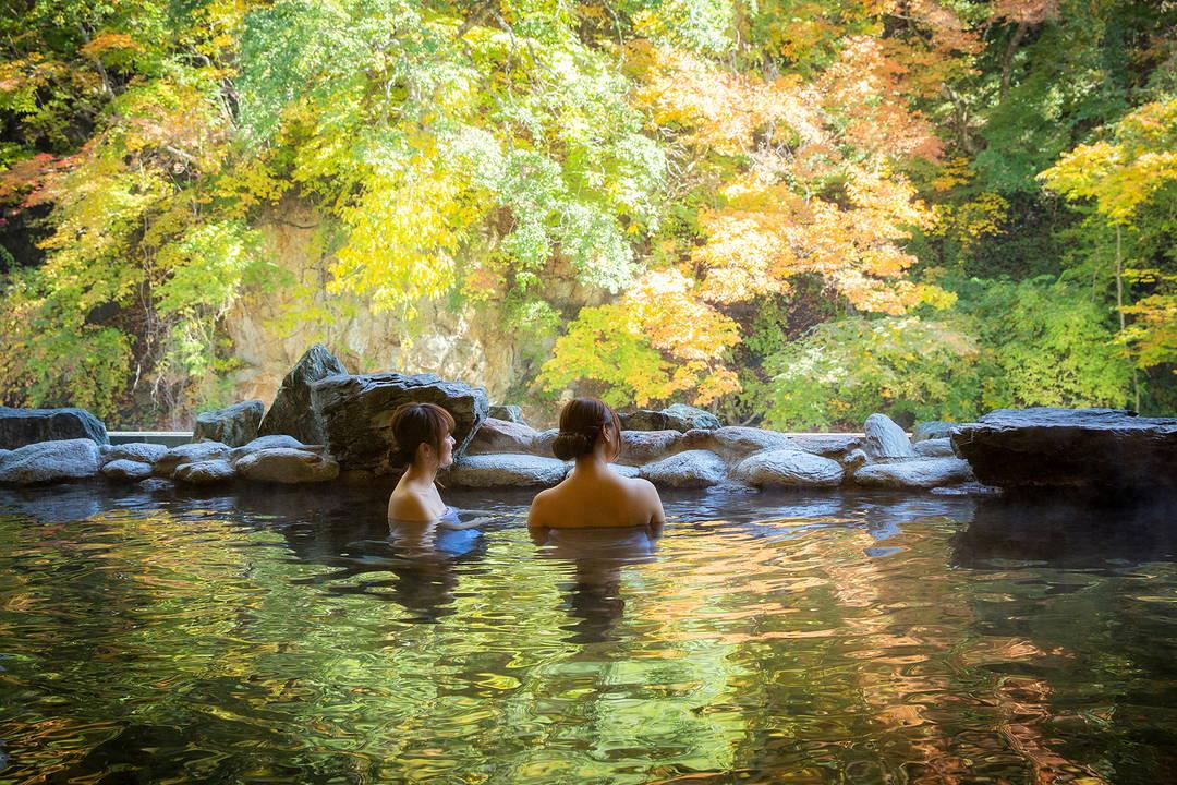 能眺望周圍的森林和溪谷的大浴場和露天溫泉分佈在各處的【大澤溫泉】