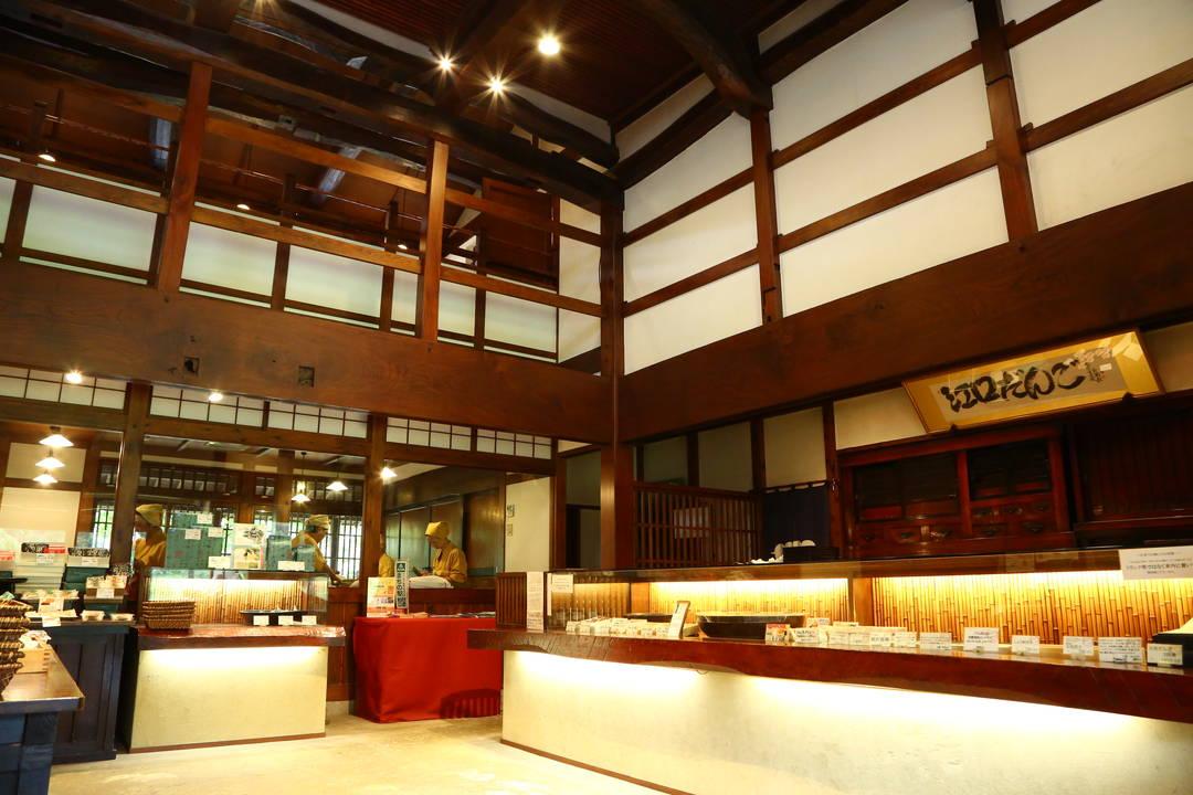 売り場と喫茶室が同居する店舗は、2棟の古民家を再生した和の空間