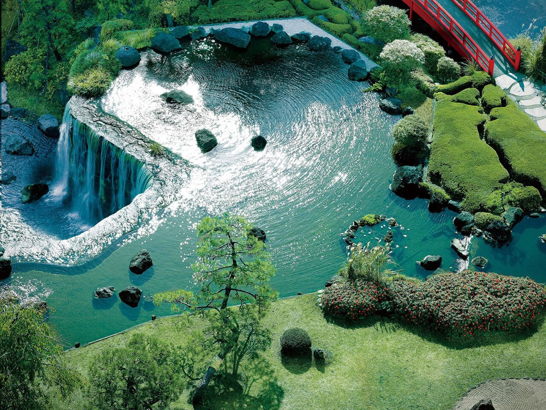 6-meters-high big waterfall and Kare-sansui convey the atmosphere of Edo Hotel New Otani