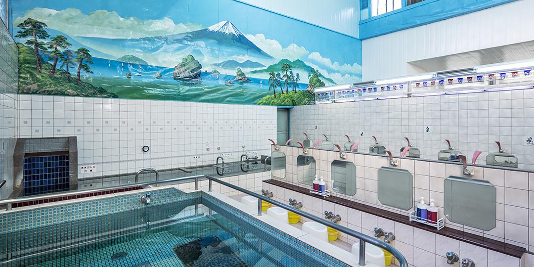 在东京的澡堂里轻松享受温泉氛围