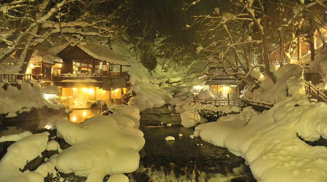 雪に覆われた渓流を眺めながら【群馬県・宝川温泉 汪泉閣・宝川山荘】