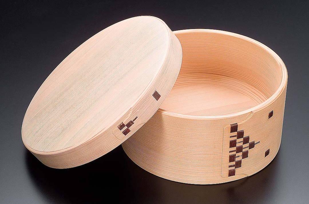 運用天然木材調節濕度作用的「飯桶隅丸七寸」