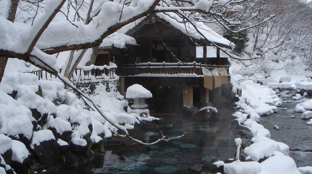 【绝景!5个雪见露天温泉】仅限冬季的奢侈泡汤方法
