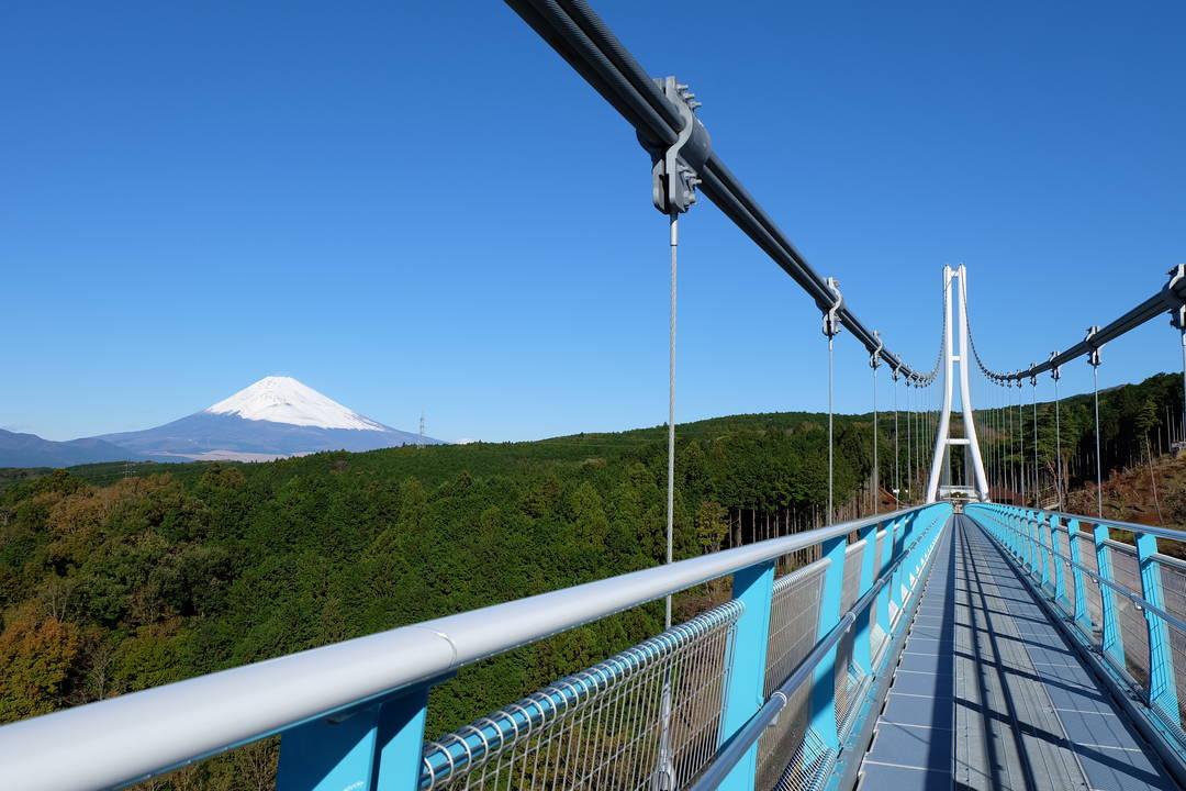 一边享受吊桥独有的紧张感,一边被绝景感动!