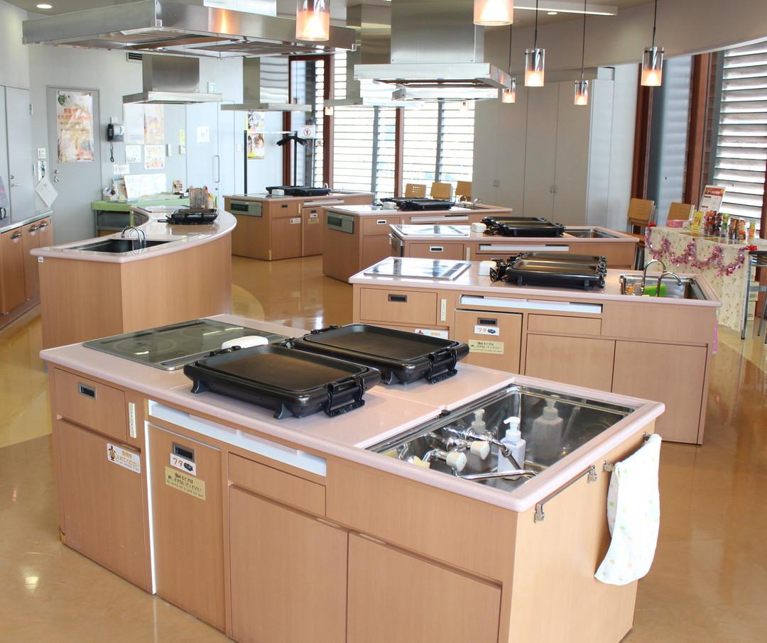 Let's experience okonomiyaki making at kitchen studio