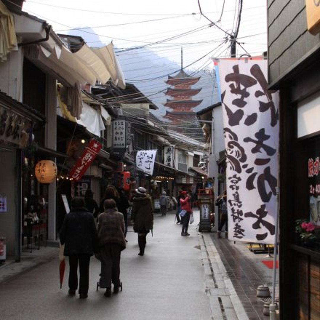 You can fully enjoy Miyajima while visiting secret power spots and Shotengai.