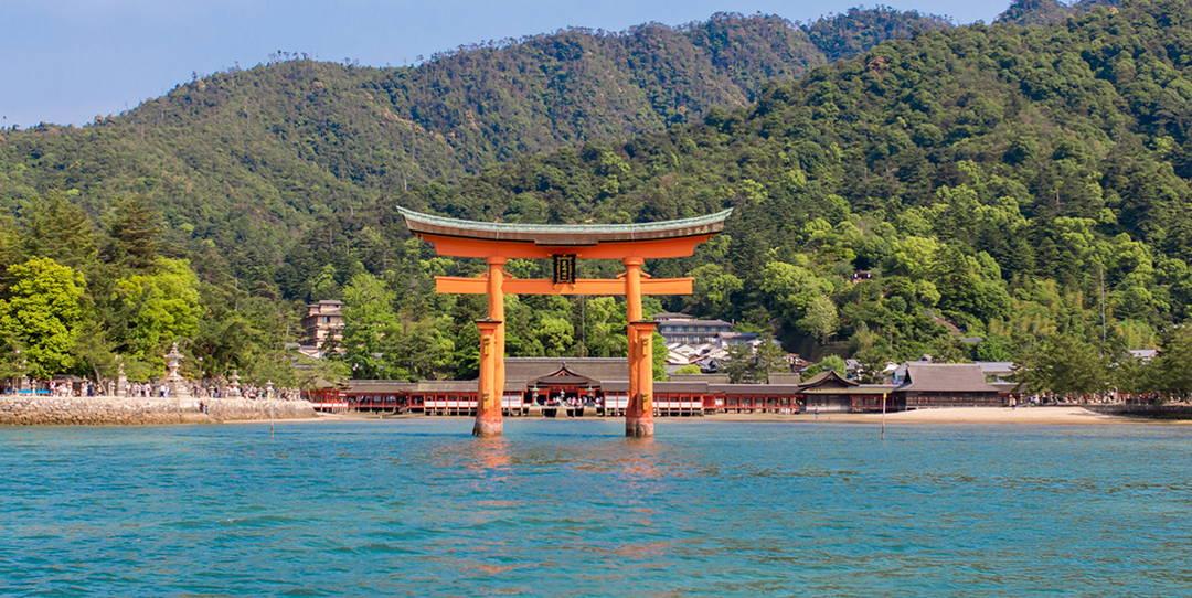 鳥居漂浮於海面之上的莊嚴肅穆的嚴島神社