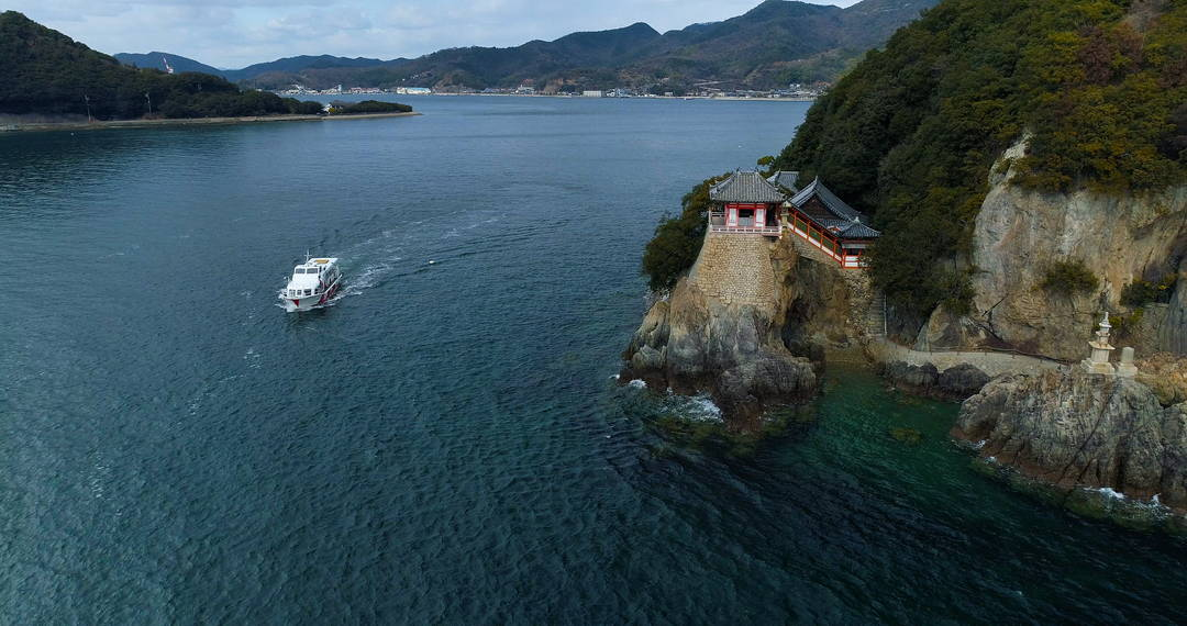 Traveling by a ship from Tomonoura to Onomichi, enjoying the landscape of the Seto Inland Sea