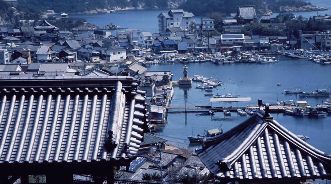 상가가 이어져 있는 항구 도시 '도모노우라'와 언덕길 도시 '오노미치'에서 향수를 자극하는 산책 여행