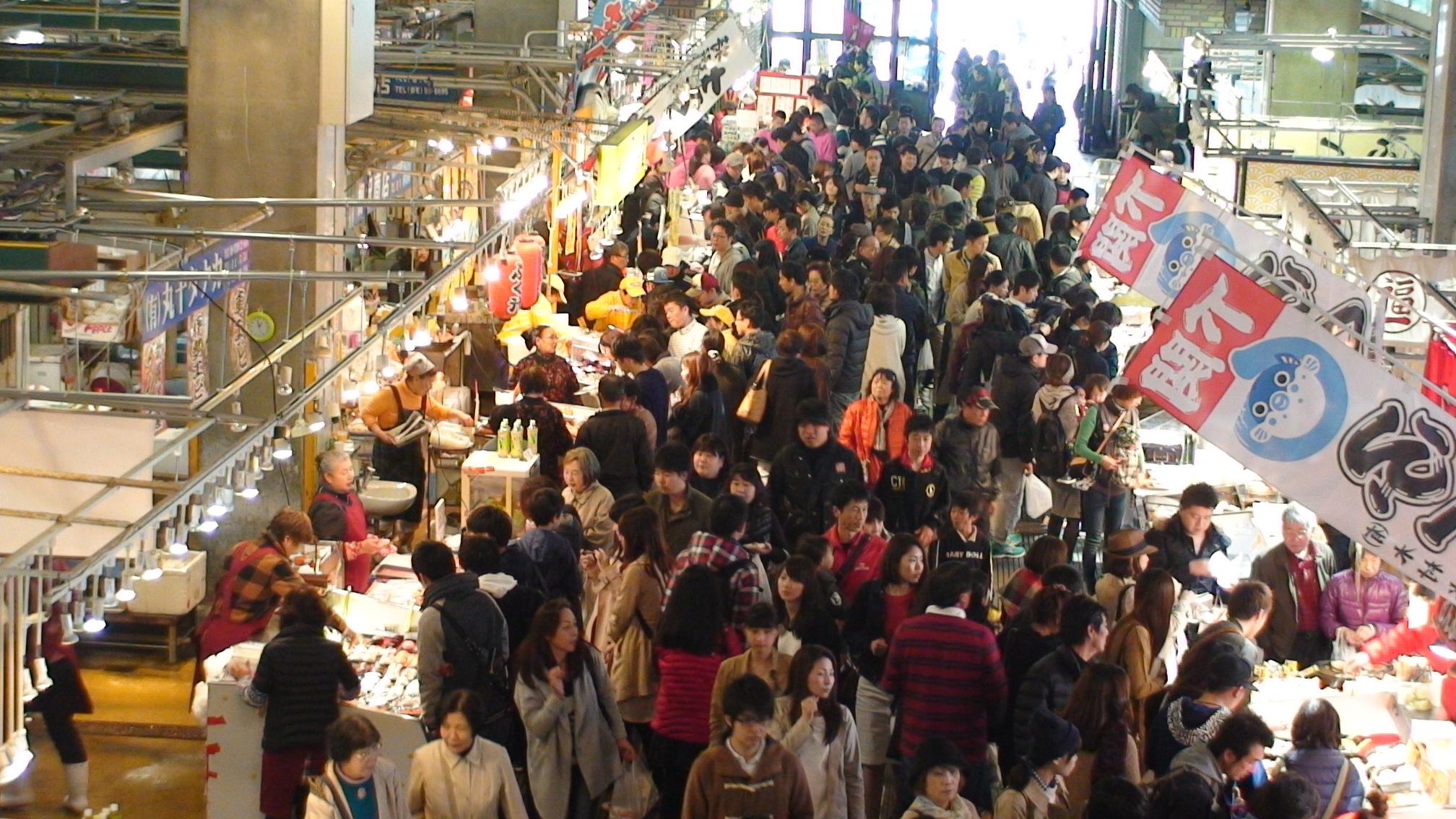 """一定要品尝一下这里的名产河豚!在唐户市场""""活跃的马关街""""尽情品尝各式美味海鲜"""
