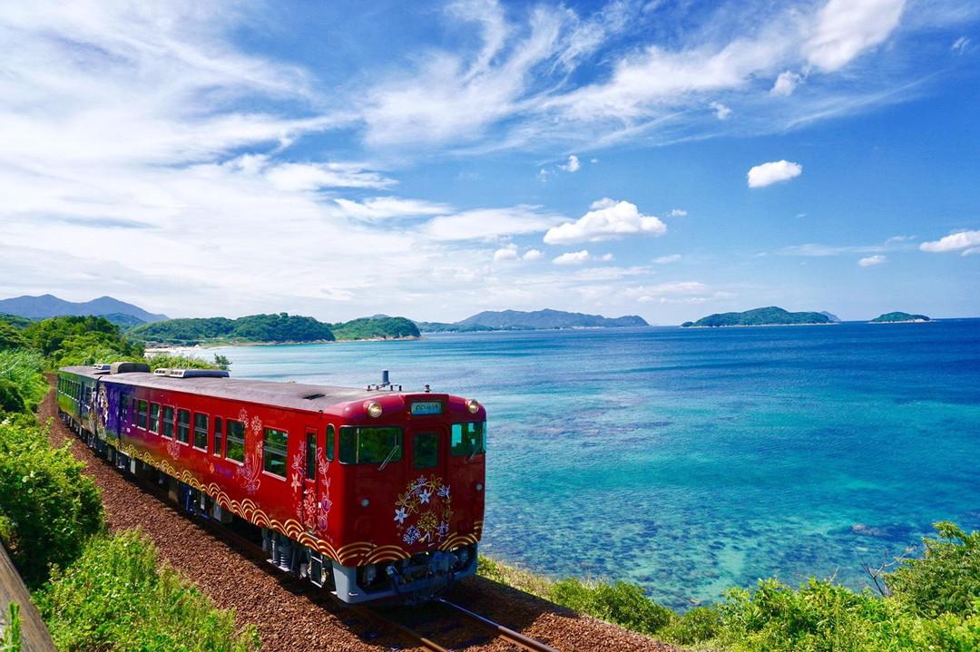 搭乘觀光列車「○○的故事」前往歷史城鎮萩市