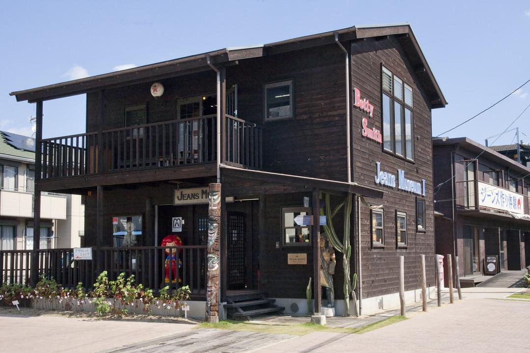 可以看見具歷史的式樣以及古老縫紉機的牛仔褲博物館1號館