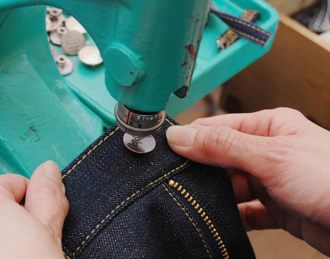 在體驗工廠中體驗製作牛仔褲!