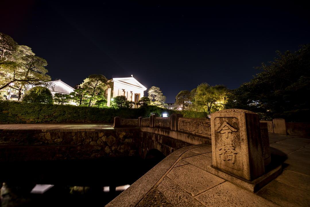 灯光照耀下梦幻的美术馆就如同希腊神殿一般!